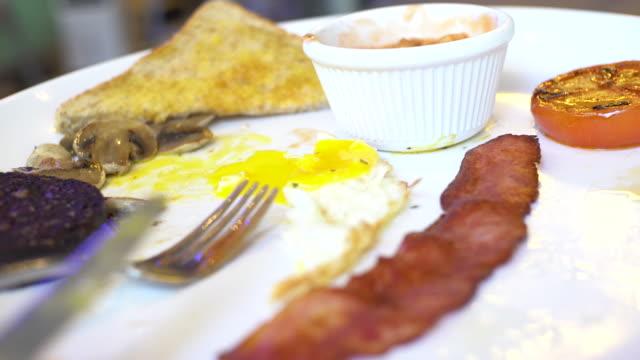 vídeos y material grabado en eventos de stock de desayuno inglés negro pudding sunny side up toast mushroom - huevos fritos de un solo lado