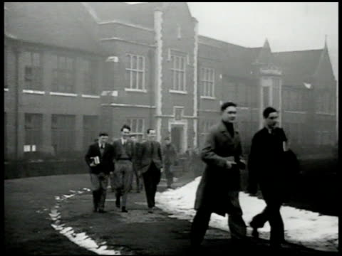 vidéos et rushes de english college students walking w/ books on campus building bg. int students in class laboratory. professor & two young men talking observing model... - professor