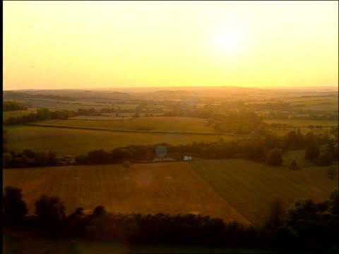 vídeos de stock, filmes e b-roll de aerial english countryside at sunset / salisbury, wiltshire - céu romântico