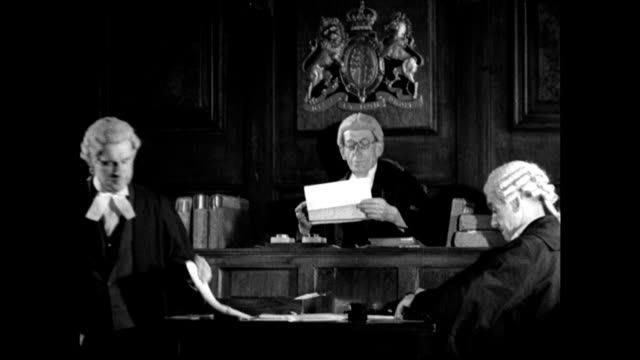 vídeos de stock e filmes b-roll de english men & barrister walking into building. two barristers walking down street, pedestrians. dramatization: vs judge on bench, barristers... - óculos de leitura