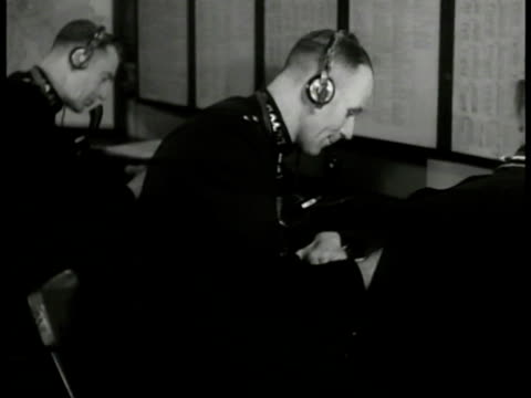 vidéos et rushes de english police radiomen at table w/ headphones taking notes 'hello cars... hello cars...' . vs policeman talking to 'lt. roberts' and 'inspector... - 1949