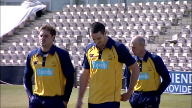 southampton the rose bowl ext kevin pietersen and teammates along with main pavilion in background - southampton hampshire stock-videos und b-roll-filmmaterial
