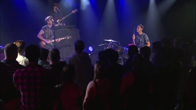 vídeos y material grabado en eventos de stock de english rockers glass animals bring their indie sound to the jbtv stage with their song 'psylla' - montaje documental