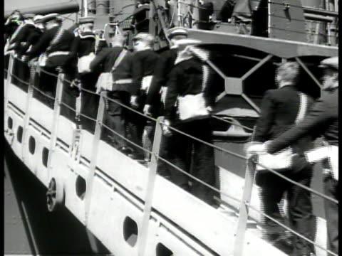 vídeos de stock, filmes e b-roll de english sailors carrying satchels on pier la ms sailors up gangplank to transport ship ms soldier w/ luggage w/ family vs soldiers w/ bags on pier... - bolsa tiracolo bolsa