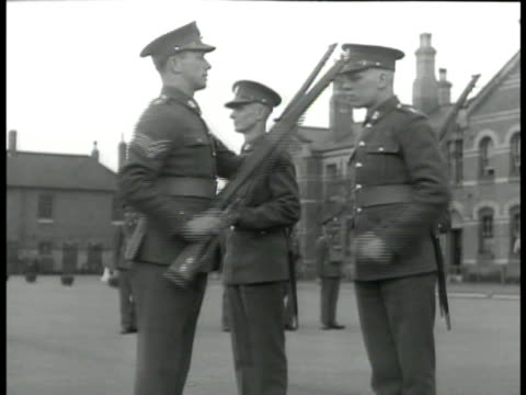 stockvideo's en b-roll-footage met english sergeant w/ soldiers practicing drill. sergeant instructing cadet about rifle drill. cadets laying down w/ rifles & instructors on firing... - kadet