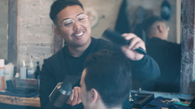 vídeos de stock, filmes e b-roll de inglês estilo barbearia ação - salão de beleza