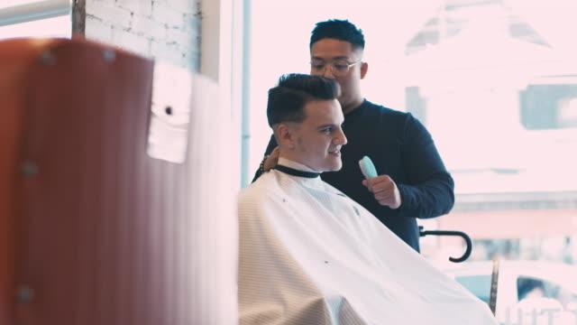 englische art barber shop aktion - männlichkeit stock-videos und b-roll-filmmaterial