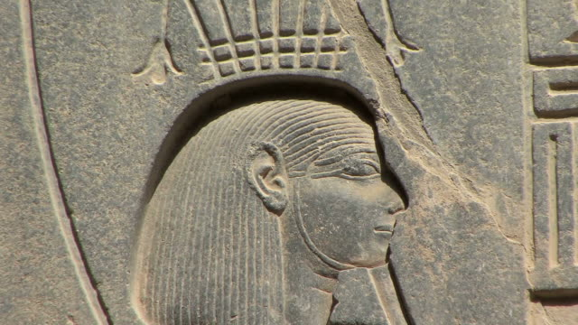 vídeos de stock, filmes e b-roll de cu zo engraving of ramesses ii at luxor temple, luxor, egypt - figura masculina