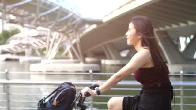 fahrrad genießen - republik singapur stock-videos und b-roll-filmmaterial