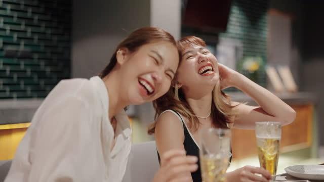 ハッピーアワーで親友との会話や飲み物をお楽しみください。 - 楽しさ点の映像素材/bロール