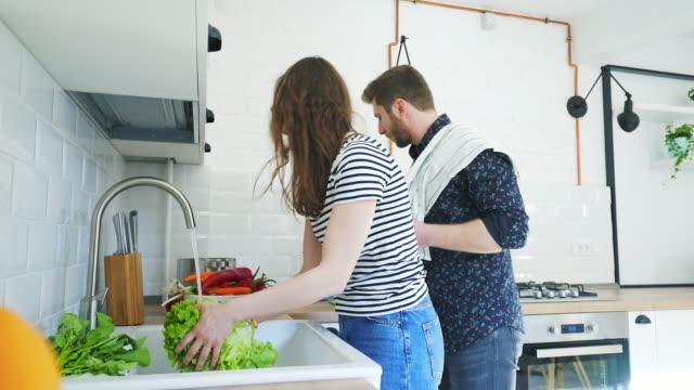 一緒に料理をお楽しみください! - 低炭水化物ダイエット点の映像素材/bロール