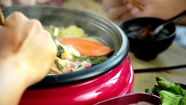 genieten van het eten van Shabu Shabu en Sukiyaki in hot pot op Japans restaurant