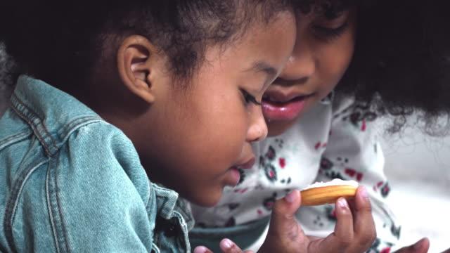 vídeos de stock e filmes b-roll de enjoy eating some cookie - merenda escolar