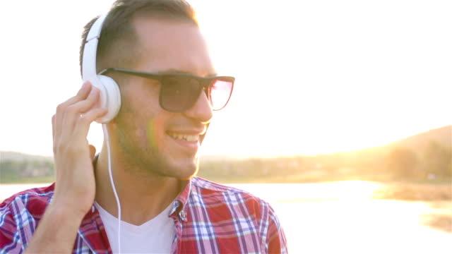 enjoy music - nur junge männer stock-videos und b-roll-filmmaterial