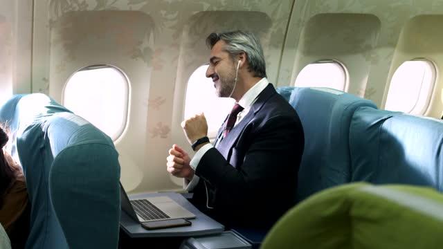 vídeos de stock, filmes e b-roll de aproveite a música enquanto embarca no avião - primeira classe