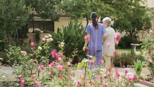 vídeos y material grabado en eventos de stock de disfruto de nuestros paseos - cuidado de personas de la tercera edad
