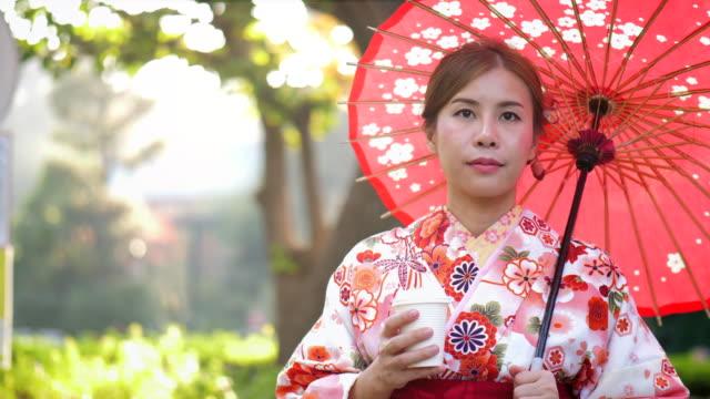 vídeos de stock, filmes e b-roll de desfrute de chá no parque - washitsu