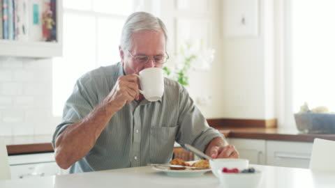 vídeos y material grabado en eventos de stock de disfruta de los placeres simples que la vida tiene que dar - desayuno