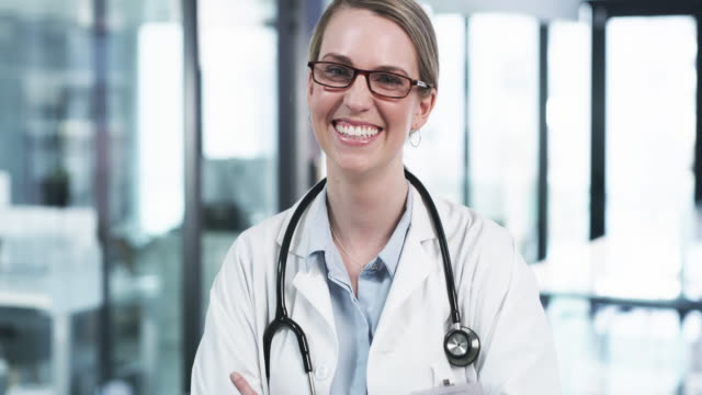 jag njuter av detta läkare liv själv - kvinnlig läkare bildbanksvideor och videomaterial från bakom kulisserna