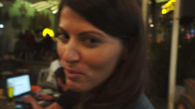 vídeos de stock e filmes b-roll de enjoy vlogging. - bar local de entretenimento