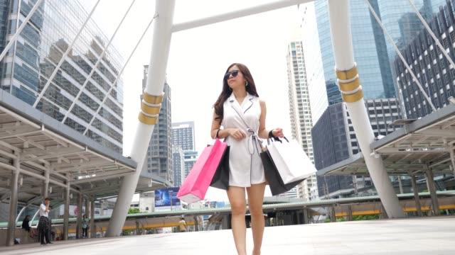 Genießen Sie mit Einkaufstaschen