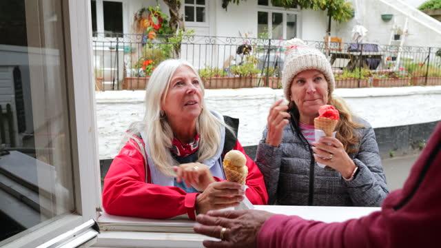 vídeos y material grabado en eventos de stock de disfruta de tu helado - 65 69 años
