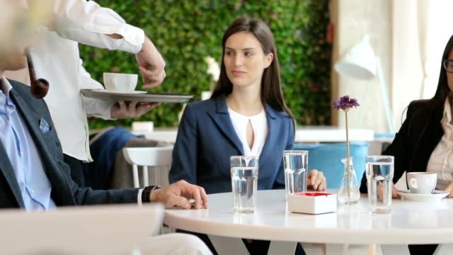 vidéos et rushes de bénéficiant d'un café-restaurant - doigt humain