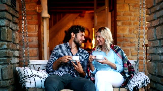 genießen eine tasse tee auf der terrasse. - in den dreißigern stock-videos und b-roll-filmmaterial