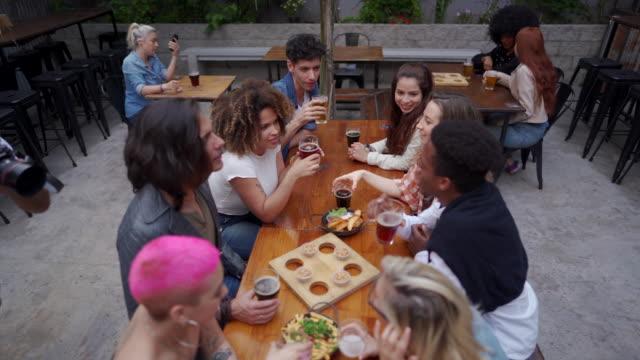 vídeos de stock, filmes e b-roll de desfrutando de uma noite cheia de diversão com os amigos - lanche