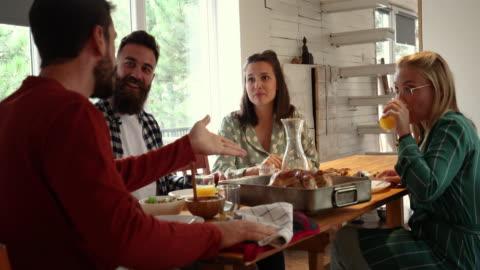 vídeos y material grabado en eventos de stock de disfrutar de un almuerzo casero con amigos - cuatro personas