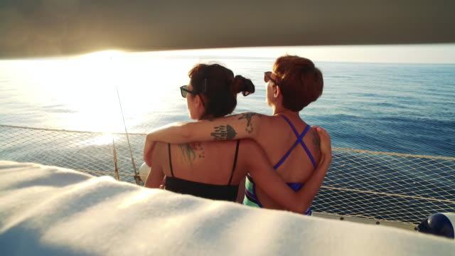 vídeos y material grabado en eventos de stock de disfrutar de unas vacaciones de vela - lesbianas