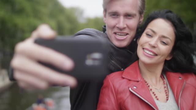 enjoying amsterdam - coppia di adulti di mezza età video stock e b–roll