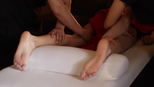 stockvideo's en b-roll-footage met genieten van vier-handed been massage - getal 4