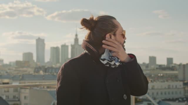 パンデミック中に自由を楽しむ。マスクを削除しています。屋上市街の景色 - absence点の映像素材/bロール