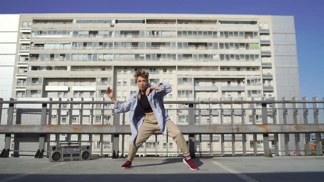 vidéos et rushes de profiter de ses mouvements de danse - breakdance