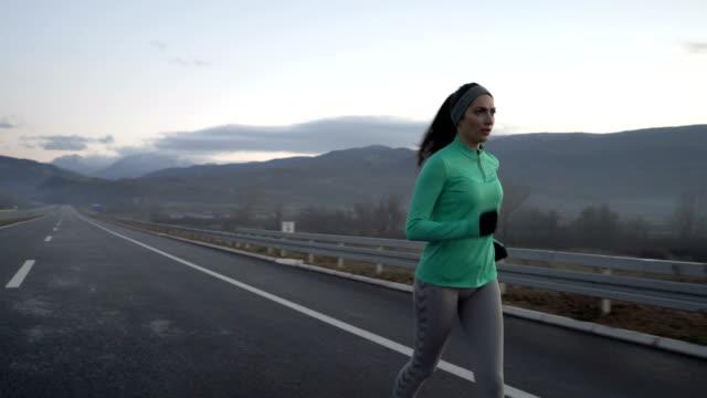 vídeos de stock e filmes b-roll de enjoying jogging - maratona