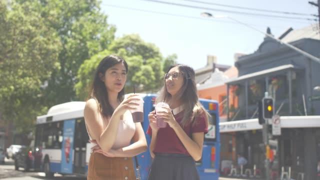 vidéos et rushes de profitant des milk-shake à surry hills, sydney (ralenti) - lunette soleil