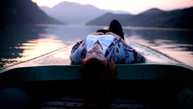vídeos y material grabado en eventos de stock de disfrutar de la parte más tranquila del día en el lago - deporte acuático