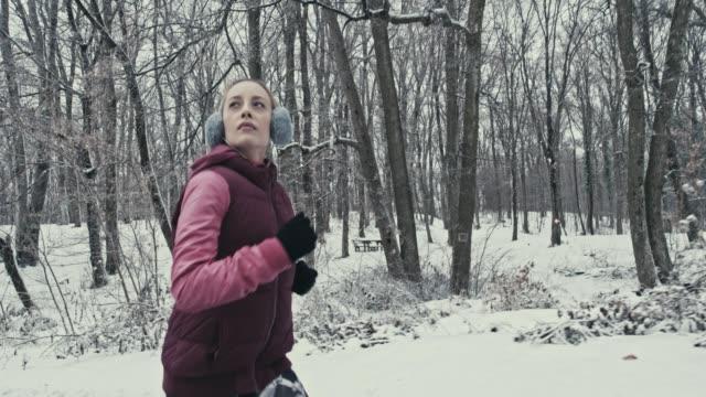 vidéos et rushes de profiter de la nature en hiver - s'impliquer à fond