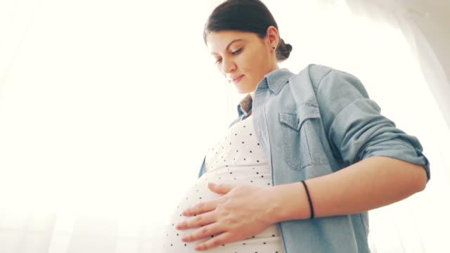 vidéos et rushes de profitant de la grossesse. - massage femme enceinte