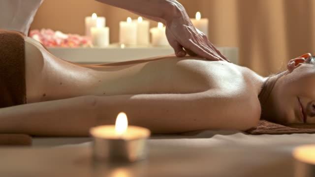 CARRINHO DE HD: Profissional de desfrutar de massagem no Spa Center