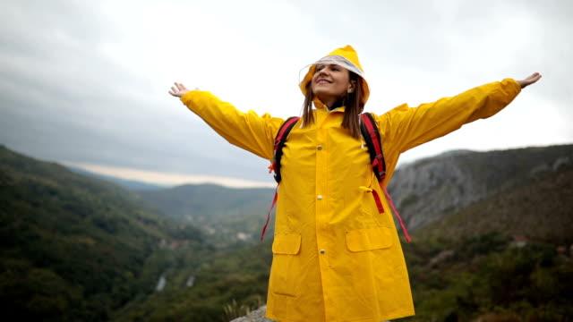 山に雨を楽しむ - レインコート点の映像素材/bロール