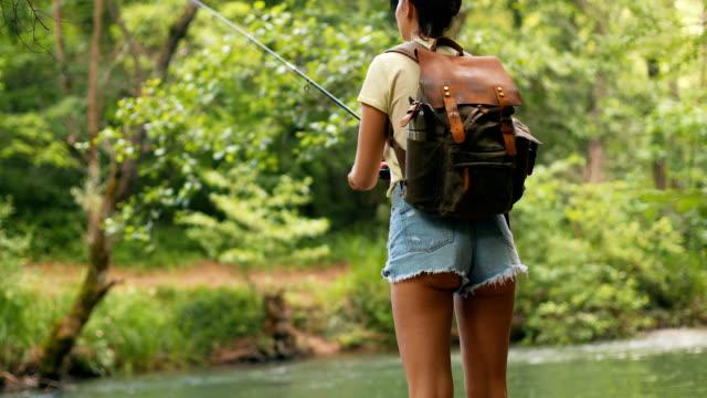 vídeos y material grabado en eventos de stock de disfrutar de la soledad mientras pescas - mochila bolsa