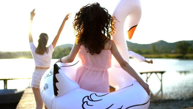 stockvideo's en b-roll-footage met genieten van de zomer - kleine groep mensen