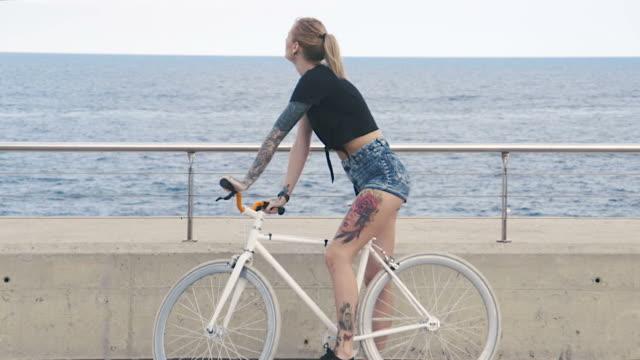 njuter av sommaren - shorts bildbanksvideor och videomaterial från bakom kulisserna