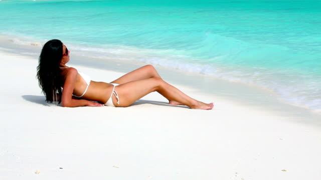Genießen Sie die Sonne am Strand.