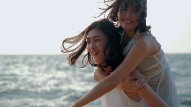 Profiter des coucher de soleil sur la Beach.Pretty tropicale belle fille a un plaisir avec sa copine sur la beach.traveling en Asie, vacances d'été. Vacances LGBT, notion LGBT.