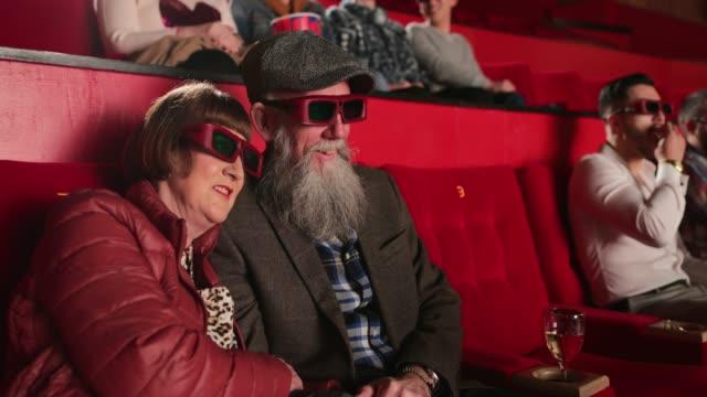 godersi il film 3d - proiezione evento pubblicitario video stock e b–roll