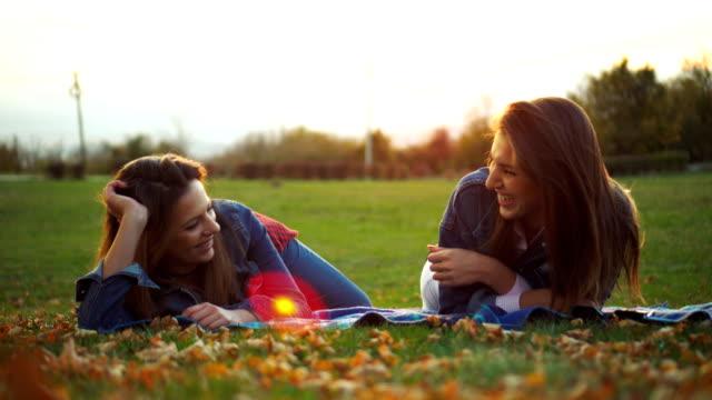 享受秋天的陽光 - 25歲到29歲 個影片檔及 b 捲影像