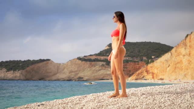 Njuta av stranden och vågor